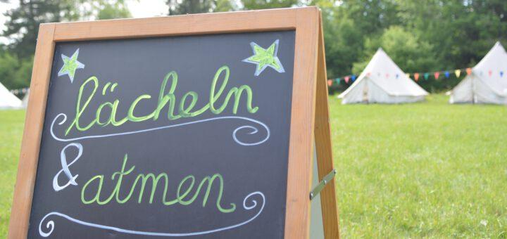 """Tafel mit Spruch """"Lächeln und atmen"""""""