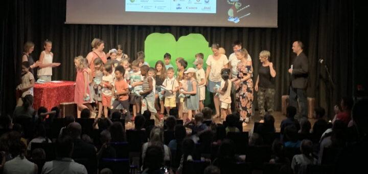 Knder auf der Bühne beim Kinderfotopreis 2019