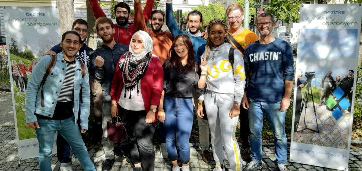 Jugendliche vieler Nationen zusammen auf einem Bild