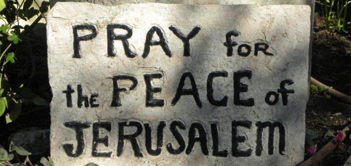 """Stein mit Schriftzug """"Pray for the peace..."""