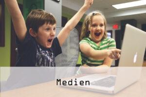 jubelnde Kinder vor dem Notebook