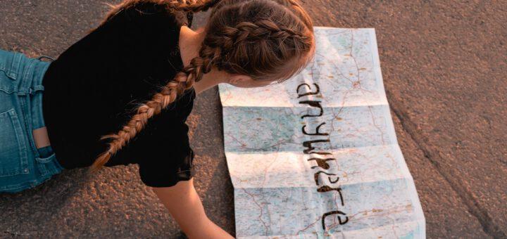 Mädchen vor einer Weltkarte