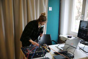 Julia Mohnicke macht einen Soundcheck am Mischpult bei der Vorstandssitzung