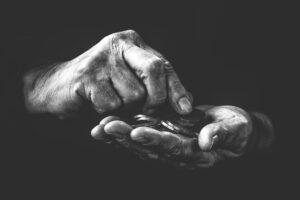 Hand, die Münzen zählt