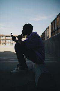Junger Mann mit Handy in der Hand