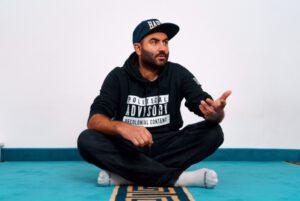 Achim Seger im Schneidersitz sitzend auf dem Boden