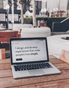 Laptop mit Text auf dem Display: I design and develope experiences that make people lives simple