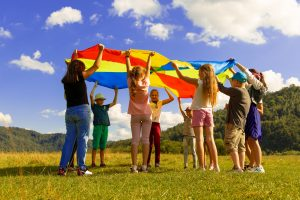Kinder und Jugendliche, die zusammen spielen