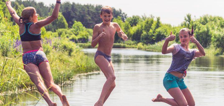 Kinder, die in einen See springen